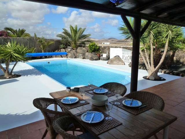 Beautiful private villa in the heart of Lajares with a heated swimming pool, sleeps 5. The villa has a very private spacious garden with stunning sunset views.