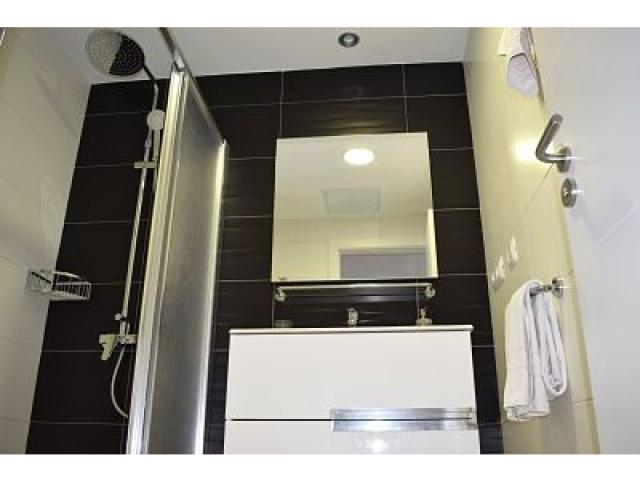 Full bathroom with showertray downstairs - Holiday Urban, Corralejo, Fuerteventura